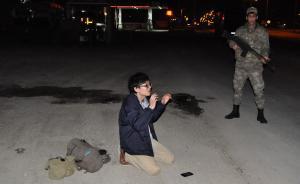 """当地时间2016年3月23日,土耳其加济安泰普,一名据信试图加入""""伊斯兰国""""极端组织的日本男子在当地被土耳其安全部队抓获。   东方IC 图"""
