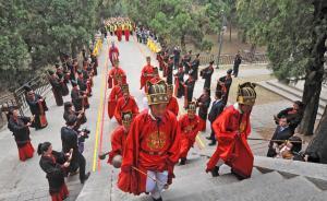 山东曲阜举行祭孔大典,两百儒生孔庙道路两侧诵《论语》名句