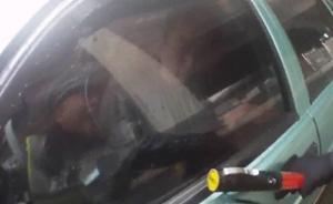 """上海一涉假牌照""""克隆""""出租车被查,司机关车门逃逸夹伤民警"""