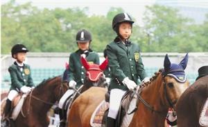 杭州出现小学生马术队:一民办小学千余学生中有27人在学