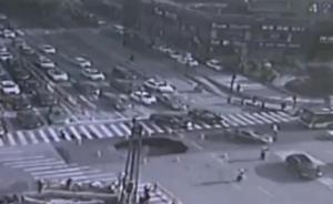 闹市路面塌陷前挺身拦车,杭州两协警被申报一等治安荣誉奖章