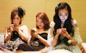 """2016年5月20日,上海,阿里巴巴首个APASS年会在上海一处豪华酒店举行。APASS会员是阿里巴巴集团邀请的兼具高诚信度、高贡献值的""""骨灰级剁手党"""",代表了中国互联网的高端消费人群。到场的APASS会员中有人年均网购消费百万,有人一年365天""""买买买""""不停。据悉,这些APASS会员一年的网购消费额至少达300亿。  东方IC 图"""