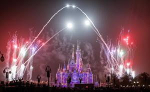 """玩一趟人均2000元,""""老游客""""称上海迪士尼演出最值得看"""