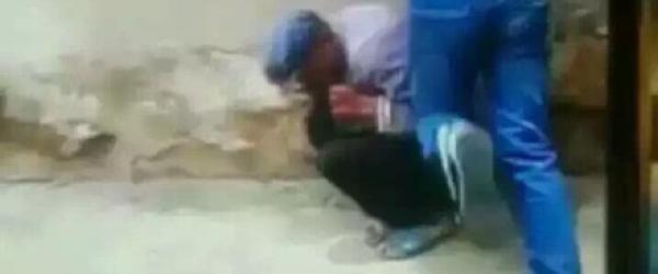 云南警方:两男子直播暴打老人视频属实,老人或因偷鸡被打