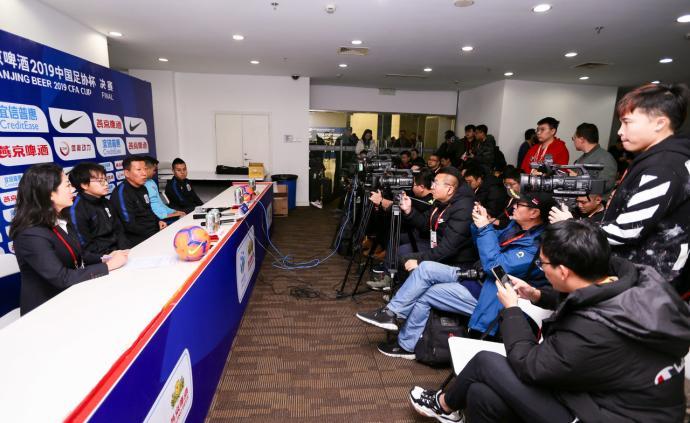 記者擠爆虹口足球場發布廳,足協杯決賽明晚申花再戰魯能