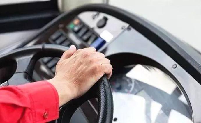 西安交警回應公交司機開車途中玩手機:涉事公司表示已解雇