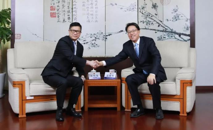 國務院港澳辦主任張曉明會見香港警務處處長鄧炳強