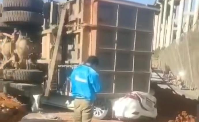 云南文山一重型貨車側翻壓向兩車致7死2傷,駕駛人已被控制