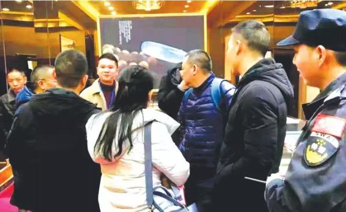 清镇黑导游带老年团入玉石店消费,店方30多人被带走调查