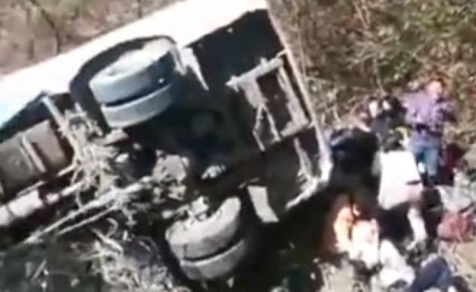 湖南岳阳发生一起旅游客车侧滑山沟事故,3死19伤