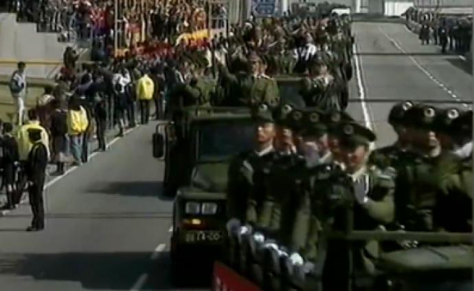 澳門回歸珍貴歷史畫面,市民高呼:我們全都歡迎解放軍