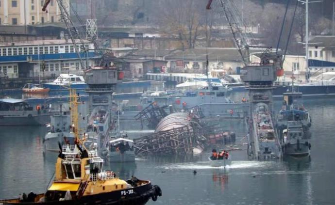 禍不單行,俄航母失火后又發生潛艇側翻事故