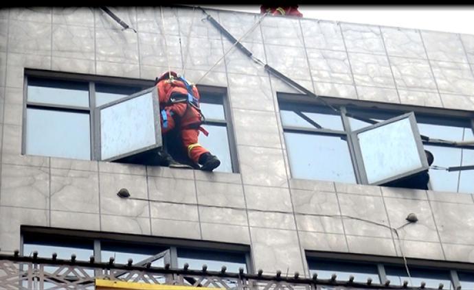 暖聞|消防員從樓頂空降至7樓,窗臺救回欲跳樓男子