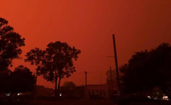 澳大利亞大火圍困海濱度假勝地,數千人涌向海灘避難
