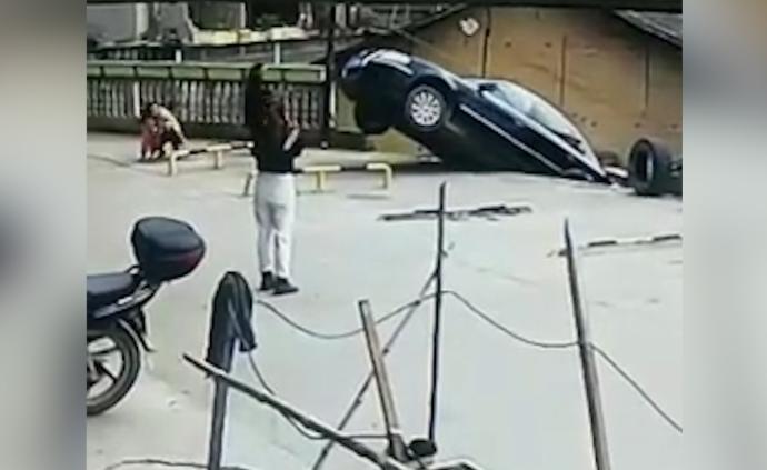 油门当刹车:浙江女婿与妻回乡探亲,倒车时翻下7米高坡