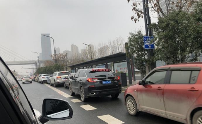 武汉市内各大加油站迎来加油高峰,门前排起百米长队
