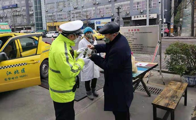 暖闻|重庆热心市民给一线民警送口罩:他们上街巡逻更需要