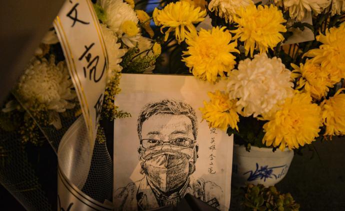 悼念李文亮 借鮮花寄哀思:武漢市民夜間前往醫院鞠躬獻花