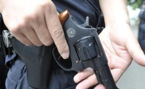 云南一民警街头阻止家暴受伤:男子挥刀袭警,其母企图夺枪