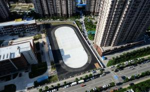 """济南一新建小学怕塑胶污染,操场跑道改铺沥青""""黑漆漆一片"""""""