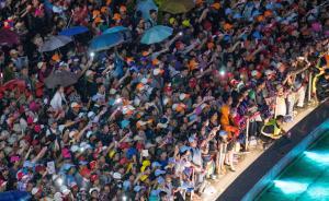 2016年9月11日,浙江杭州,G20后首个周末,钱江新城成为杭州新晋热门景点。在雨中观看音乐喷泉和灯光秀的游客,纷纷举起手机拍照。 都市快报 许康平 图