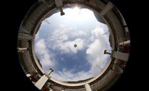 2016年9月25日,贵州平塘,从FAST工程底部拍摄的馈源舱。当日,世界最大单口径射电望远镜——500米口径球面射电望远镜(FAST)宣告落成启用。 新华社 图
