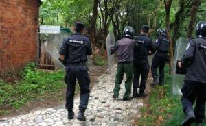 江苏盐城一只熊跑出公园笼子,警方围捕一小时无果将其击毙
