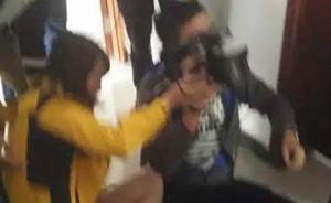 两记者采访南京毒蛇外逃时被街道干部推倒地,对方已登门道歉