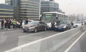 上海卢浦大桥早高峰6车碰擦,公交车内一老太手部受伤