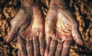 """法制日报刊文追问:究竟还有多少""""嫌百姓手脏""""的扶贫干部?"""