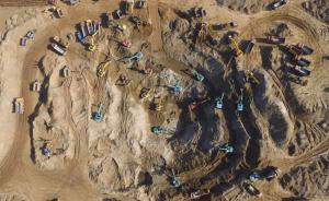 2016年11月8日,河北保定, 6日上午11点左右,保定蠡县中孟尝村一个5岁男孩跟随父亲收白菜时,不慎掉落约40米深的枯井。截至图片拍摄时,总计有80多辆挖掘机、推土机、翻斗车等大型机械围在一个直径50米、深30米的大坑边紧张实施作业,救援时间持续50多个小时。  东方IC 图