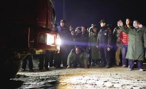 视频 河北坠井男童救援结束后,爷爷磕头跪谢撤离现场救援车