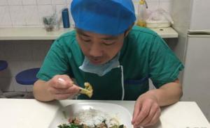 为锻炼手指灵活性,湖南一外科医生用棉签吃饭、缝葡萄皮