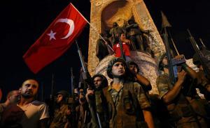 当地时间2016年7月16日,土耳其伊斯坦布尔,土耳其总统埃尔多安的支持者手举国旗占领塔克西姆广场,并向天空射击以驱散聚集的人群。15日晚土耳其军人在安卡拉、伊斯坦布尔等地发动军事政变。 视觉中国 图