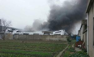 江苏扬州一家具厂厂房发生火灾,13辆消防车紧急前往处置