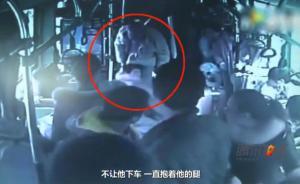 郑州残障乞讨少年公交车上抓小偷