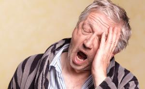老年人长期失眠或诱发心脑血管病, 睡前应避免情绪激动