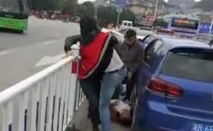 一奔驰司机遭暴打被猛踹头部当街昏迷