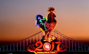 鸡年彩灯矗立在大连市星海广场南侧,迎接2017年春节的到来。 视觉中国 图