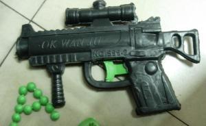 武汉一男子无钱买火车票拔玩具枪抢劫,被警方抓获并刑拘