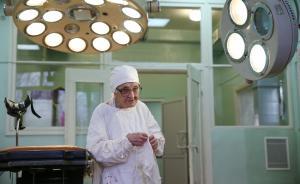 当地时间2017年1月31日,俄罗斯梁赞,89岁的Alla Ilyinichna Levushkina是俄罗斯最年长的外科医生,仍坚持每周完成4台手术。2017年5月她将年满90岁。视觉中国 图