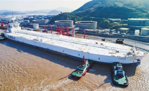 超三个足球场:全球最大油轮装载34万吨原油靠泊宁波舟山港