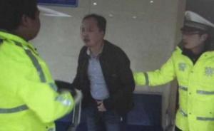 重庆一男子酒驾卡宴冲卡并袭击民警,已被刑拘