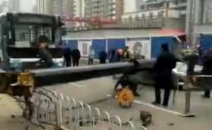 武汉一地铁工地吊车臂倒下砸中私家车