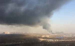 北京来广营一旧货市场起火,浓烟滚滚
