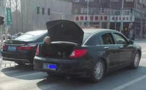 郑州一男子让母亲坐轿车后备厢引热议,当事人回应并非故意