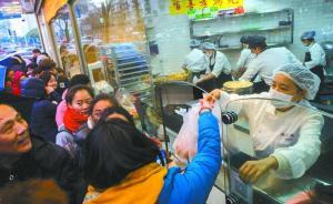 视频|鲍师傅上海店排队拉长至7小时:黄牛被认出后雇人排队