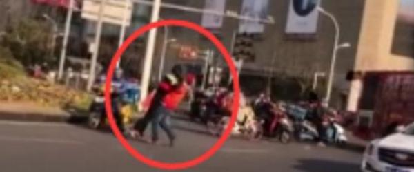 """无锡女子强行横穿马路,男志愿者阻拦无效将其""""熊抱""""送回"""