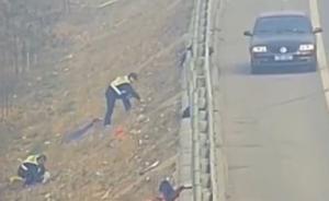 河北男子搬家途中万元现金散落路边,道路养护工帮找回