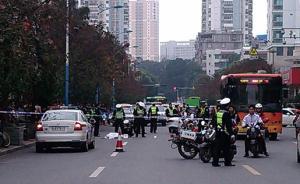 广西一男子与一女子交谈时突然冲向公交车底,遭碾压当场死亡